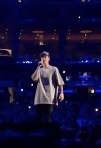 Justin-Bieber-singing-on-stage-nov-13-staples-center-3