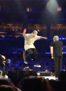 Justin-Bieber-skate-boarding-on-stage-nov-13-staples-center